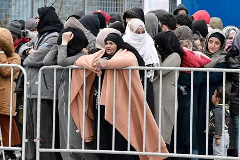 Viime päivinä Kreikkaan saapuneita siirtolaisia kuvattiin keskiviikkona Mytilenen satamassa Lesboksella.