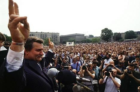 Solidaarisuus-liikkeen johtaja Lech Wałęsa kampanjoi toukokuussa 1989 Bydgoszczin kaupungissa Pohjois-Puolassa ennen Puolan ensimmäisiä vapaita parlamenttivaaleja. Vaaleista on tiistaina kulunut 30 vuotta.