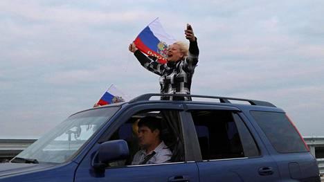 Ihmiset heiluttivat Venäjän lippuja autostaan matkalla Venäjän mantereelta Krimin niemimaalle toukokuussa, kun uusi silta mantereen ja niemimaan välille avattiin. Walsh-yliopiston professorin Charles Kupchanin mukaan Suurin ongelma on, että Venäjä ja länsimaat tuntuvat elävän aivan eri todellisuuksissa, joissa eri faktat hallitsevat.