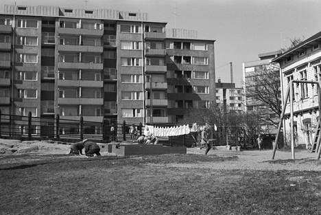 Toisen linjan ympäristö on muuttunut ennenkin. Kun ensimmäinen kaupungin virastotaloista vuonna 1965 valmistui, väljästi rakennetuilla tonteilla sijaitsi puutaloja.