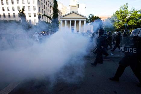 Mellakkapoliisit ampuivat rauhallisia mielenosoittajia kyynelkaasulla maanantaina tehdäkseen tilaa presidentti Donald Trumpille.