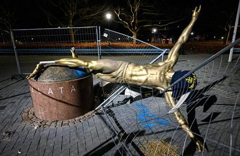 Zlatanin patsas kaatui, kun patsaan jalka katkaistiin.