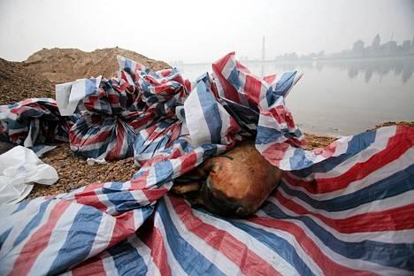 Kuolleita sianruhoja Gan-joen rannalla Jiangxin maakunnassa.
