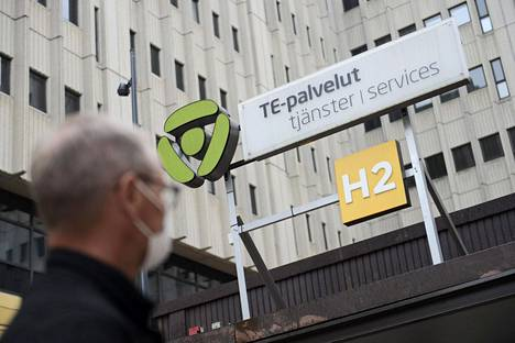 Asiakas menossa te-toimistoon Helsingin Pasilassa heinäkuussa. Hallitus aikoo lisätä te-toimistojen työntekijöiden määrää selvästi.