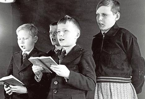 Laulu on ollut yksi kansakoulun tärkeimmistä aineista kansakoululaitoksen perustamisesta, 1860-luvulta lähtien. Kuvan laulajat lienevät 1940-luvulta