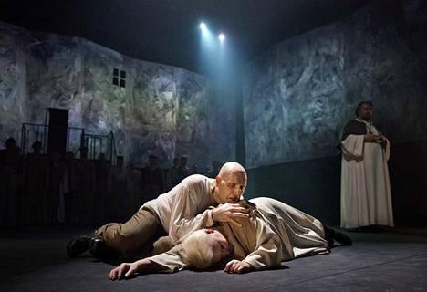 Kohtalon voima Tampere-talossa. Don Alvaro (Mika Pohjonen), donna Leonora (Johanna Rusanen) ja Padre Guardiano (Giorgi Kirof)