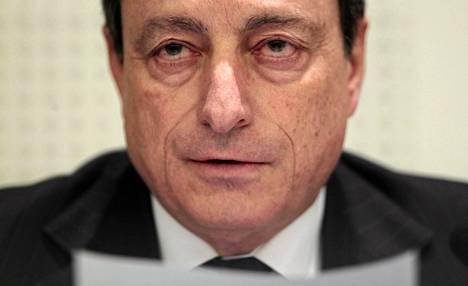 EKP:n pääjohtajan Mario Draghin mukaan Euroopan kriisirahaston luottoluokituksen lasku tarkoittaa sitä, että parhaan luokitusten maiden olisi lisättävä takauksiaan rahastossa.