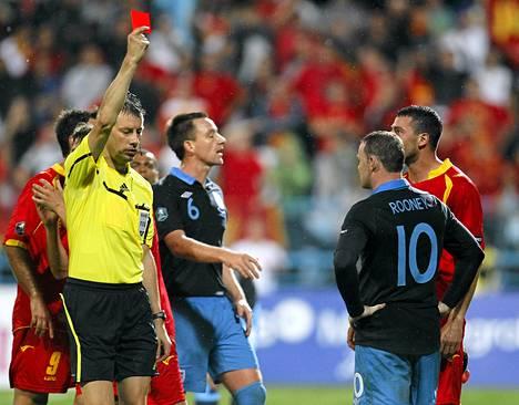Erotuomari näytti Englannin Wayne Rooneylle punaista korttia Montenegron Podgoricassa tiistaina.