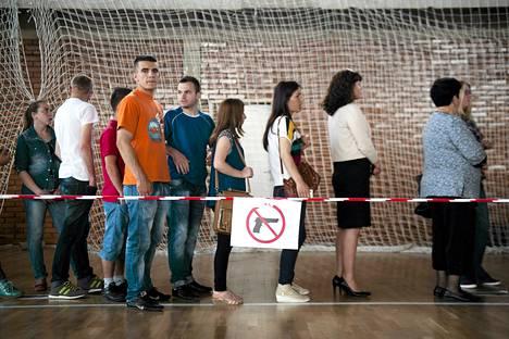 Kosovolaiset jonottivat parlamenttivaalien äänestyspaikalle sunnuntaina Pristinassa.