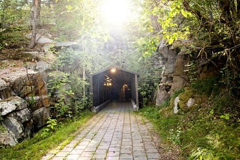 Puolustusvoimien huutokauppaamaan luolastoon astutaan Pääskyvuoren seinämään puhkaistusta ovesta.