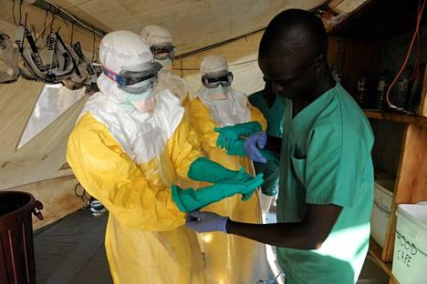 Lääkärit ilman rajoja -järjestön asiantuntijaryhmä työskentelee eristetyllä osastolla Guekedoussa Guinean eteläosassa maaliskuun lopulla