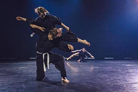 I'm Liquid -teoksessa Kinetic Orchestran tanssijat Sanni Giordani ja Oskari Turpeinen, takana Anni Koskinen.