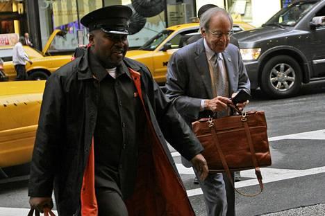 Ulkopuolisena välittäjänä toimiva George Cohen saapui NBA-liigan ja pelaajayhdistyksen väliseen neuvotteluun.