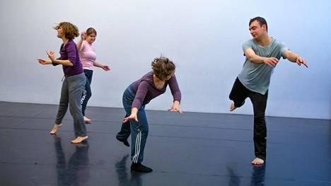 Neljä x duetto + 1 -teos kohottaa esiin nuorten tanssijoiden vuorovaikutuksen.