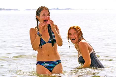 Kesäkaverit-elokuvassa näyttelevät muun muassa Anna Paavilainen ja Iina Kuustonen.