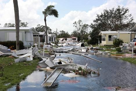 Myrskytuulten ja tulvivan veden jälkiä lounaisfloridalaisella asuinalueella Naplesissa. Asuntovaunualueilla on kevytrakenteisia siirrettäviä taloja, jotka ovat erityisen alttiita myrskytuhoille.
