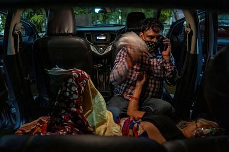 Manoj Kumar yritti helpottaa äitinsä Vidhya Devin oloa. Tämä sai lisähappea autossaan sikhitemppelillä Ghaziabadissa Delhin metropolialueella viime lauantaina.