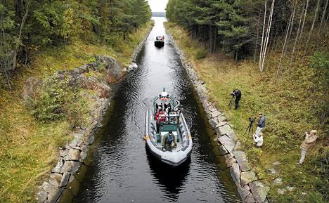 Jyrki Järvilehdon veneturman käsittely alkoi hovioikeudessa.  Oikeus suoritti katselmuksen vesitse turmapaikalla Jomalvikin kanavalla Raaseporissa.