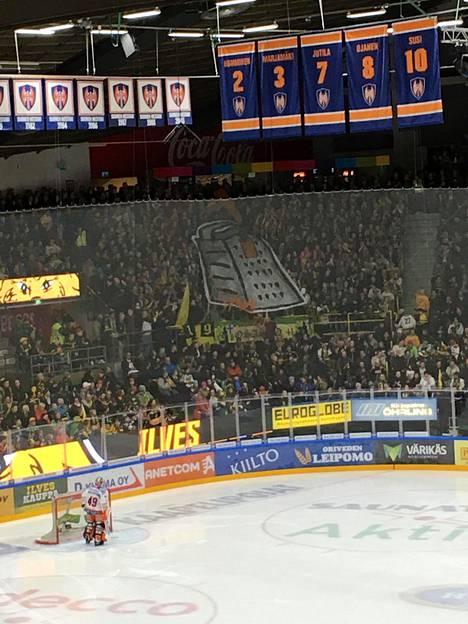 Ilveksen fanit psyykkasivat Tapparaa maaliskuussa 2017 pelatussa ottelussa.