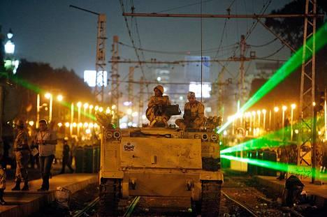 Egyptin armeijan sotilaat partioivat Kairon katuja panssaroidusta  henkilönkuljetusautosta käsin viime perjantaina.