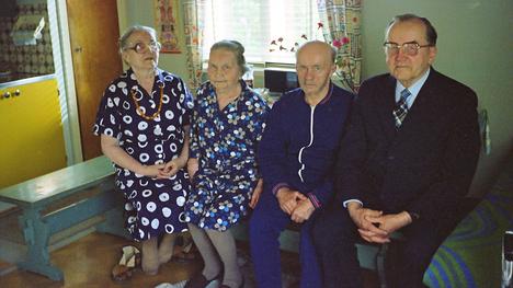 Mureet Alapitkän kodin tupakeittiössä 1970-luvun lopussa, jolloin siellä ei enää asunut kukaan. Nasti (vas.), Anni, Yrjö ja Johannes. Klaudia kuoli liikenneturmassa 1947.