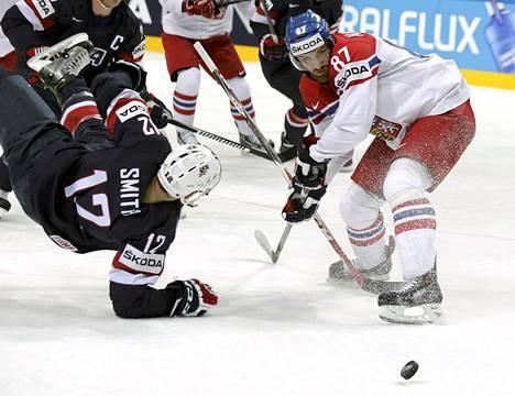 USA:n Ben Smith (vas.) jäi toiseksi kamppailussa Jakub Nakladalia (oik.) vastaan Tšekin MM-kisojen pronssiottelussa.
