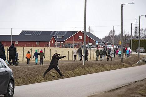 Haltialan kotieläintilan lähitiet täyttyivät vierailijoista sunnuntaina.