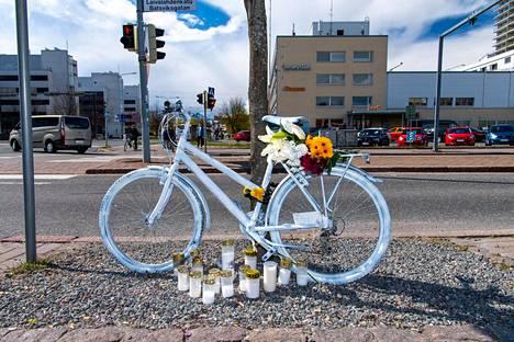 Tarja Roinilan muistoa kunnioittamaan onnettomuuspaikalle tuotiin valkoiseksi maalattu polkupyörä sekä kukkia ja kynttilöitä.