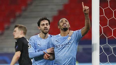 Manchester Cityn Gabriel Jesus (oik.) juhli tekemäänsä 2–0-maalia yhdessä avausmaalin tehneen Bernardo Silvan kanssa.