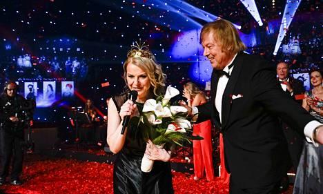 Uusi tangokuningatar Susanna Heikki sai onnittelut Dannylta, joka on tangotuomariston jäsen.