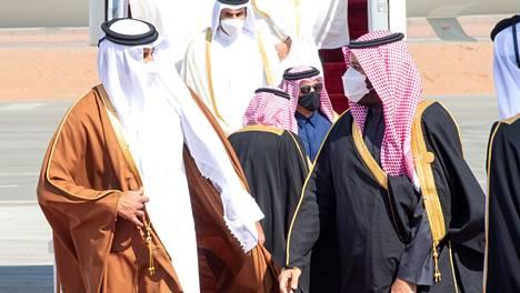 Saudi-Arabian kruununprinssi Mohammed bin Salman (oik.) toivotti Qatarin emiirin, sheikki Tamim bin Hamad al-Thanin tervetulleeksi al-Ulan lentokentällä tiistaina aamupäivällä.