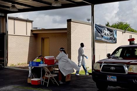 Hoitohenkilökunta testipaikalla tiistaina Houstonissa Texasissa.