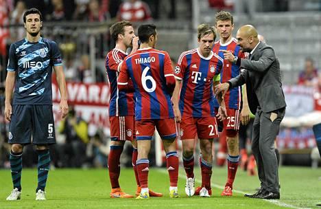 Pep Guardiola jakoi ohjeita pelaajilleen reikä housuissaan.