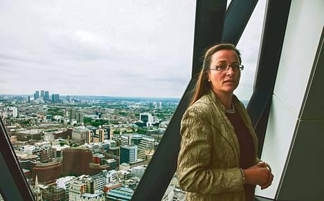 Åsa Norrie esittelee Standard Life Investmentsin Lontoon-päämajaa, joka sijaitsee suolakurkun mallisessa Gherkin-rakennuksessa. Talo kuuluu kaupungin maamerkkeihin.