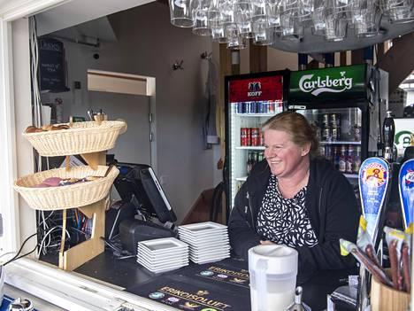 """Eija Salonen toimii yrittäjänä Ravintola Haukilahden rannassa. """"Haukilahti on nykyisin Espoon Kaivari! Kun on aurinkoinen sää, terassit ovat täynnä ihmisiä. Täällä näkyy hyvin se, miten Espoo kasvaa."""""""