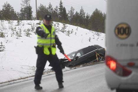 Turma tapahtui Viitostiellä noin 10 kilometriä Suomussalmen pohjoispuolella välillä Pesiönlahti–Alajärvi. Poliisi ohjasi liikennettä kolaripaikalla.