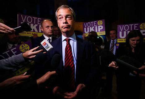 UKIP-puolueen johtaja Nigel Farage puhui toimittajille Newarkissa perjantaina.
