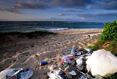 Hawaii Oahun Mokuleia Beachille kertynyttä muoviroskaa.