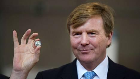 Kuningas Willem-Alexander esitteli tammikuussa uusia kolikoita.