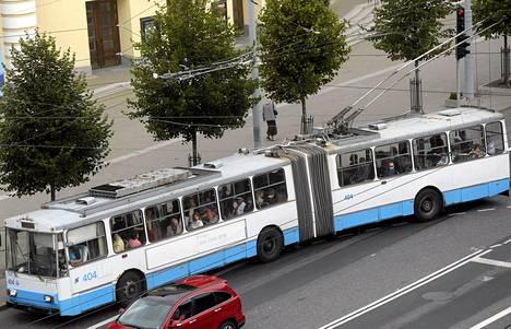 Tallinnan kaupunginvaltuusto hyväksyi viime torstaina esityksen, joka tekee joukkoliikenteestä ilmaista kaupungin asukkaille.