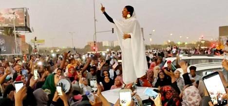 Khartumilainen Lana Haroum twiittasi kuvan Alaa Salahista maanantaina.