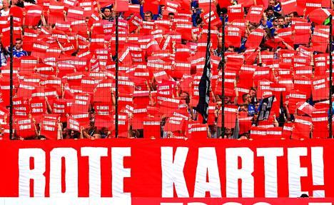 Punainen kortti rasismille -kampanja toimii Suomen lisäksi muissakin maissa. Kuvassa saksalaisen Schalke 04:n kannattajat näyttävät tukensa rasisminvastaiselle kampanjalle.