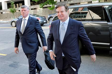 Presidentti Donald Trumpin entinen kampanjapäällikkö Paul Manafort (oik.) saapui asianajajansa Kevin Downingin kanssa oikeuden kuultavaksi viime toukokuussa Washingtonissa.