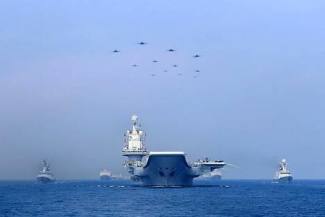 Kiinan sotalaivat ja hävittäjälentokoneet osallistuivat asevoimien näytökseen Etelä-Kiinan merellä viime huhtikuussa.