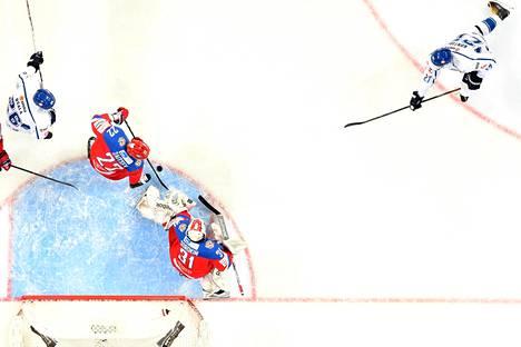 Petri Kontiola ampuu kiekon maaliin venäläispelaajan kautta. Suomi voittaa 2–1.