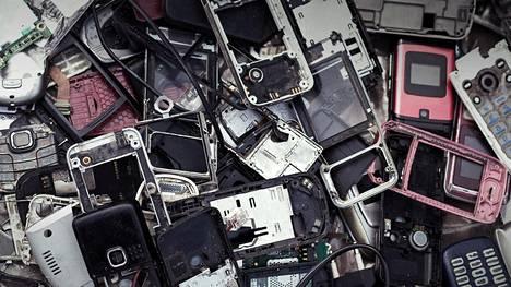Kännyköitä myydään valtavasti, mutta niitä päätyy kierrätykseen vähän Suomessa.