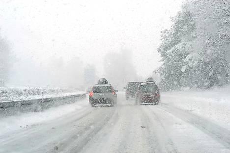 Lumi tuottaa autoilijalle päänvaivaa tien pinnassa, mutta myös autoon tarttuneena.