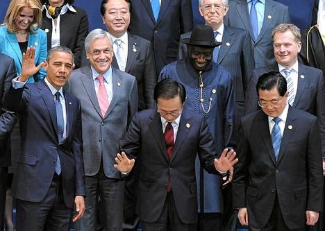 Presidentti Sauli Niinistö (ylh. oik.) Soulin ydinturvahuippukokouksen ryhmäkuvassa. Vasemmalla Yhdysvaltain presidentti Barack Obama ja isäntämaan Etelä-Korean presidentti Lee Myung-bak.