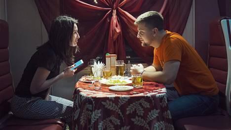 Julia Ryženkova ja Saveli Želihovski ravintolavaunussa.