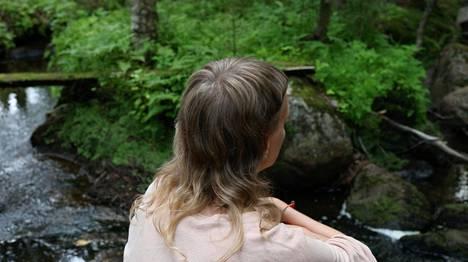 Becoming tuo haastateltavat kulttuurin ja luonnon rajalle. Dokumentaarinen teos jäsentyy kolmekanavaiseksi installaatioksi. – Pysäytyskuva teoksesta.